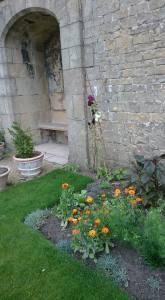 Bolsover flowers niche pots
